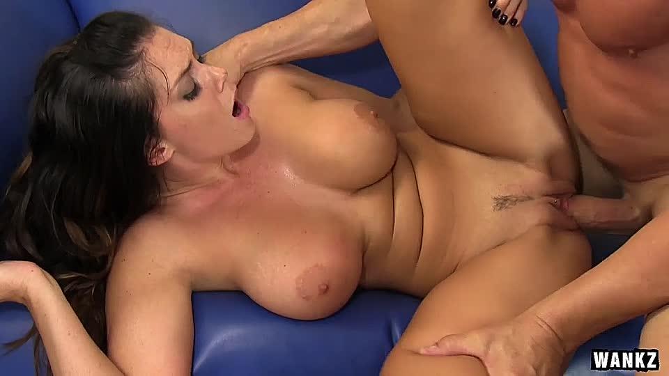 Die vollbusige Amazone Alison Tyler beendet den Schwanz mit ihren Brüsten