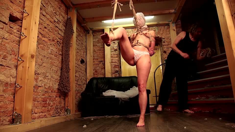 Aufgehängt frauen werden nackt Nackte Frauen